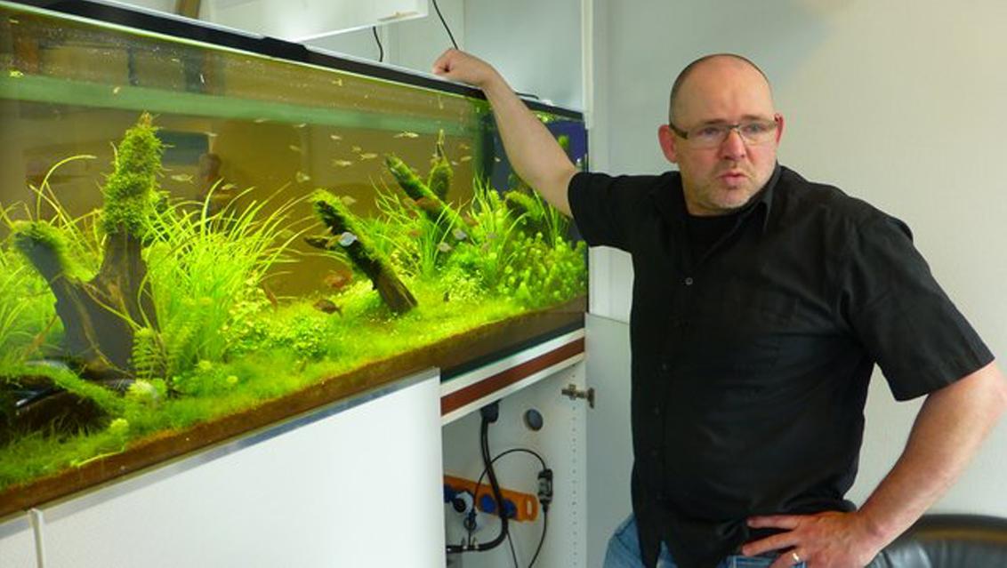 """Portrait Holger Krogh vor einem """"seiner"""" Aquarien"""
